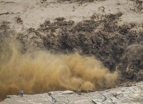 壶口瀑布迎来今年最大洪峰