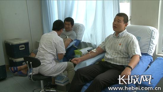 公务员张喆献血19年