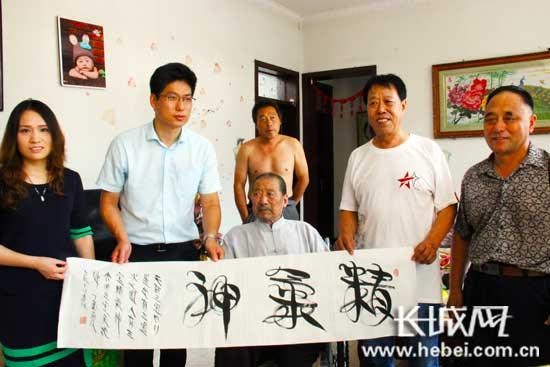 河北省文联向王福友老人赠送书法作品。