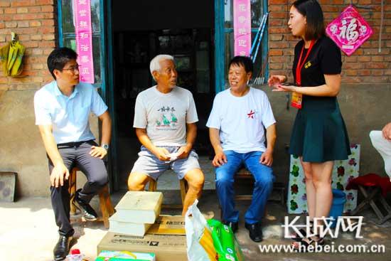 志愿者在张金山老人家走访慰问。