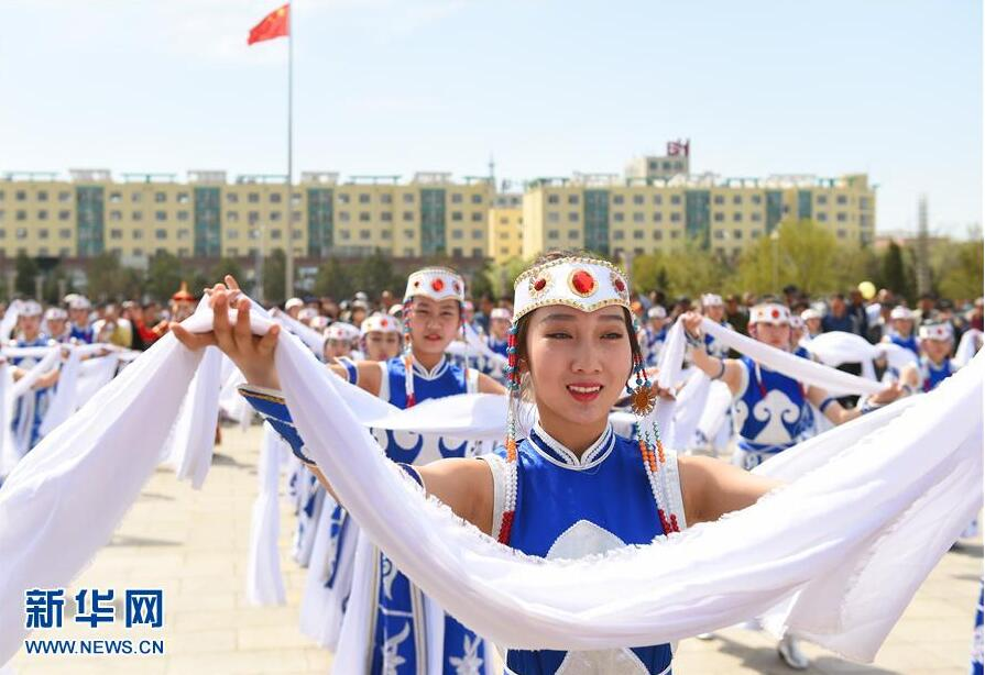 """内蒙古群众庆""""双节"""""""