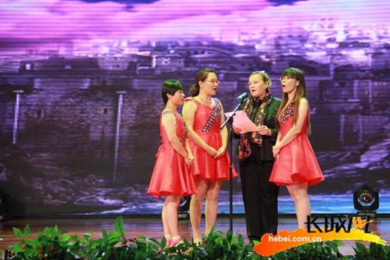 学员和外教老师共同表演节目。