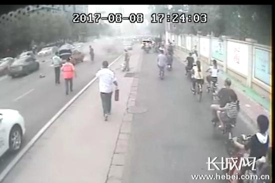 实拍石家庄出租车自燃过程 紧急时刻警民联手灭火