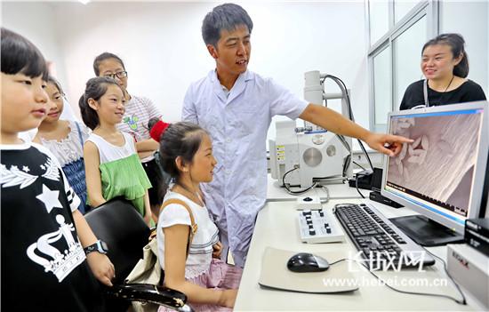 秦皇岛社区小朋友感受微观世界 探索科学奥秘