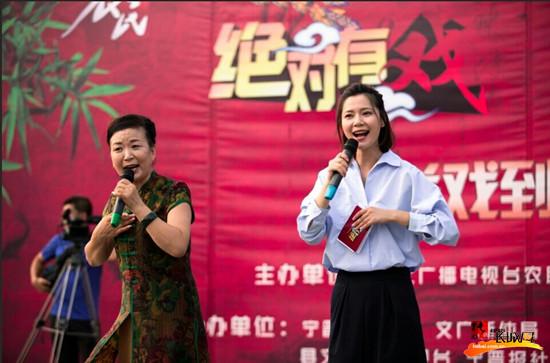 河北宁晋县城民乐园广场万人齐聚看大戏