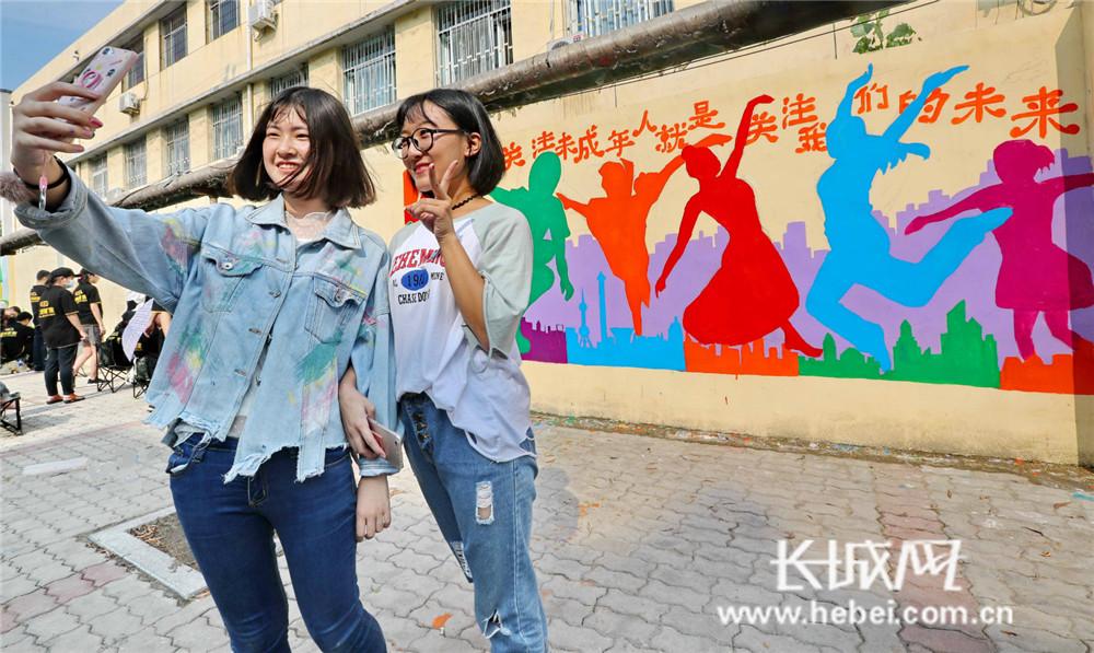 彩绘文明墙 助创文明城