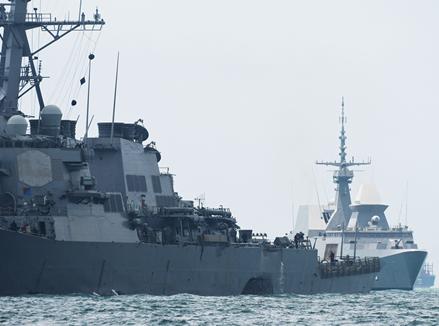 美海军驱逐舰在新加坡附近海域与商船相撞