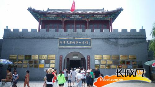 每天参观雁翎队纪念馆的人们络绎不绝。记者 王渊 摄