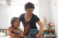 河北隆尧一教师8年带瘫痪老母任教 被师生传为美谈
