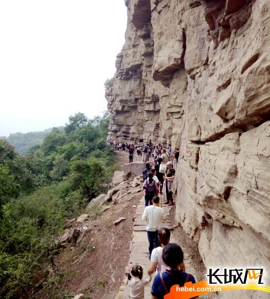 石家庄首届全民健身登山节启帷 首站嶂石岩风景区