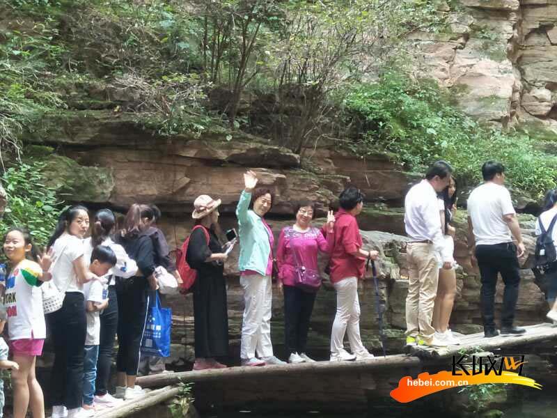 老师们畅游山水间。