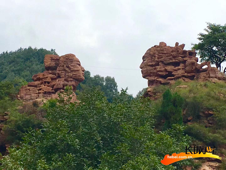 景区标志性景点——牛郎织女石像。