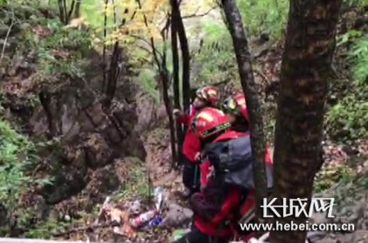 救援小组发现两名女驴友位置,正在实施救援。
