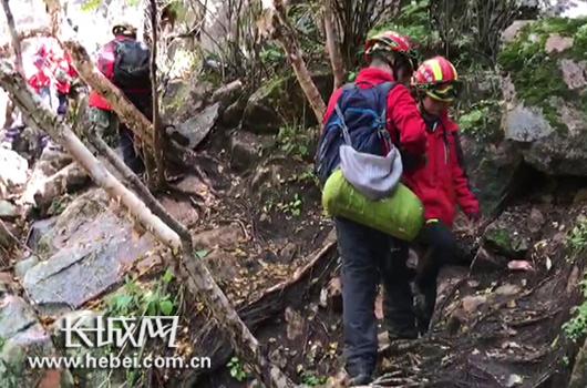 救援小组为被困驴友换上自己的装备,并护送两名被困驴友下山。