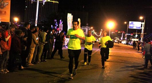太阳城口桥西区举办千人荧光夜跑活动