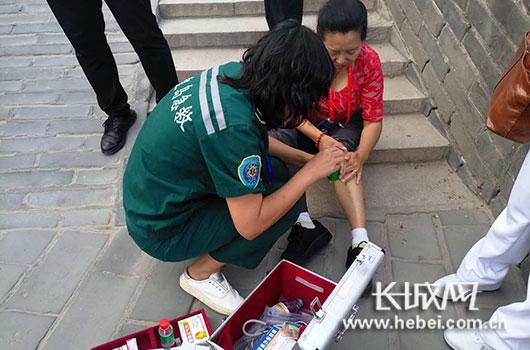 救护人员为受伤女士包扎伤口。记者 王潇 摄