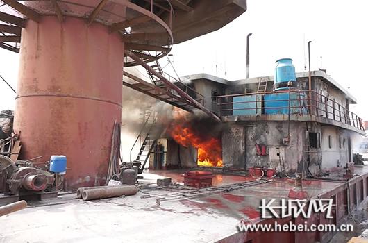 装载柴油和液化气罐吊船突发大火 消防官兵贴近作战