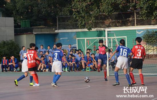 石家庄第四十中学足球文化满校园 男生女生都来玩