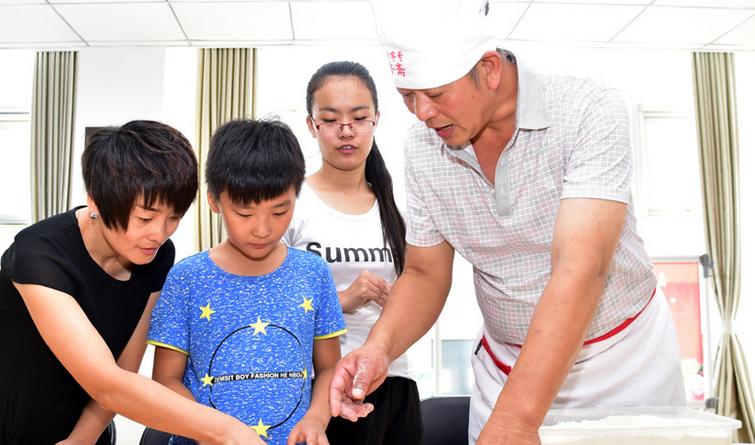 廊坊市广阳区:百姓自制手工月饼体验传统文化