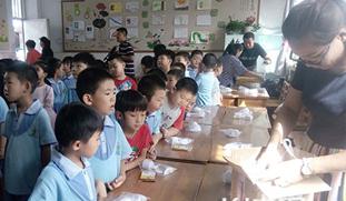 手作月饼亲子活动 让孩子在互动中感受传统文化