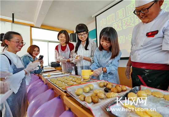 """DIY月饼 """"甜蜜""""享中秋"""
