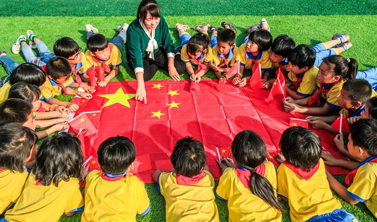 【升国旗 唱国歌 祖国在我心中】柏乡小学生挥舞国旗迎国庆