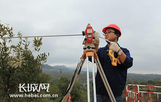 项目部员工正在进行工程数据的测量。图片由河北送变电公司提供