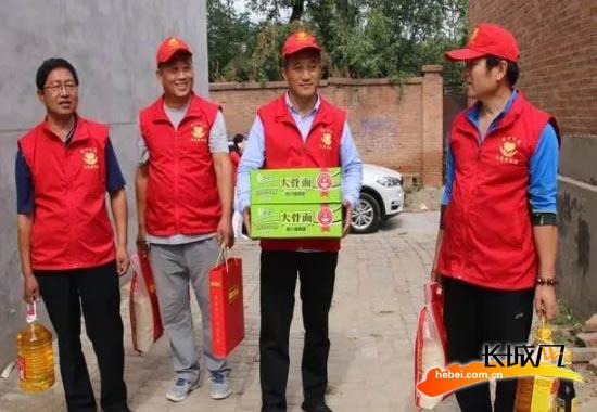 安新县爱心公益志愿者协会给贫困户送去慰问品。 志愿者协会 供图