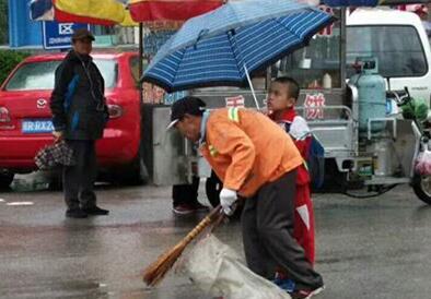 三河:小暖男为环卫工撑伞遮雨 善举萌翻路人!