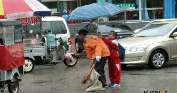 三河:小暖男为环卫工撑伞遮雨
