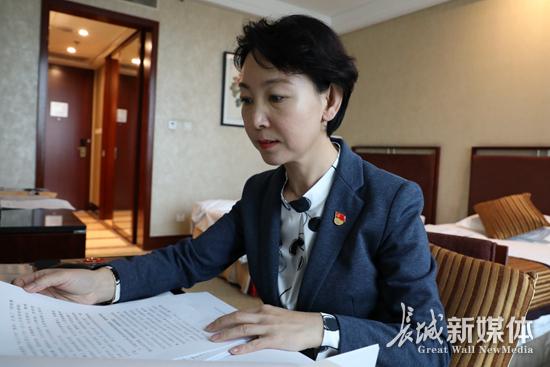 [看看十九大代表在忙啥]王红:完善发言材料 尽好代表职责