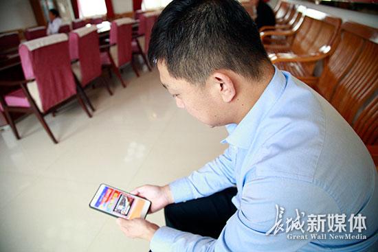 唐山市截瘫疗养院党员干部通过长城24小时手机客户端观看十九大开幕会