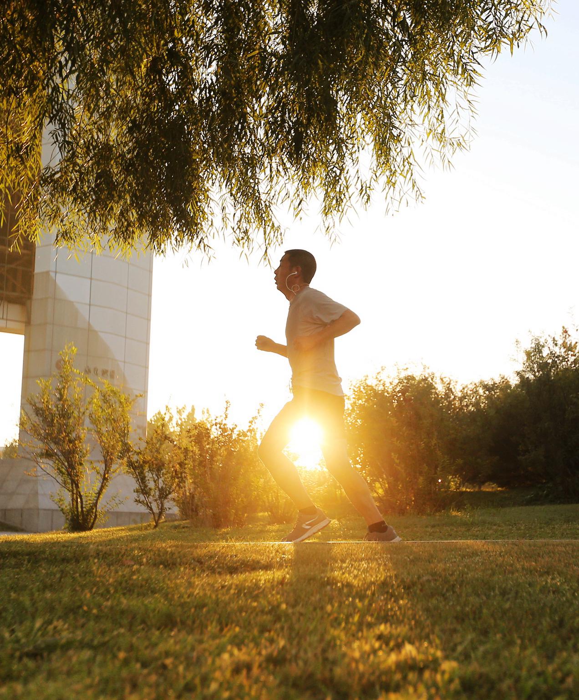 晨光中慢跑的人
