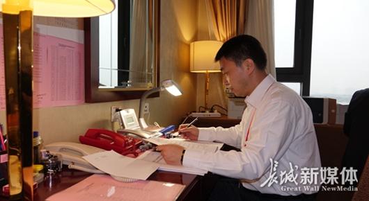 """在""""河北省代表团运转中枢""""感受优质高效"""