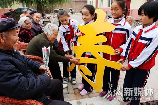 九九重阳浓浓敬老情 广平小学生为老人献花