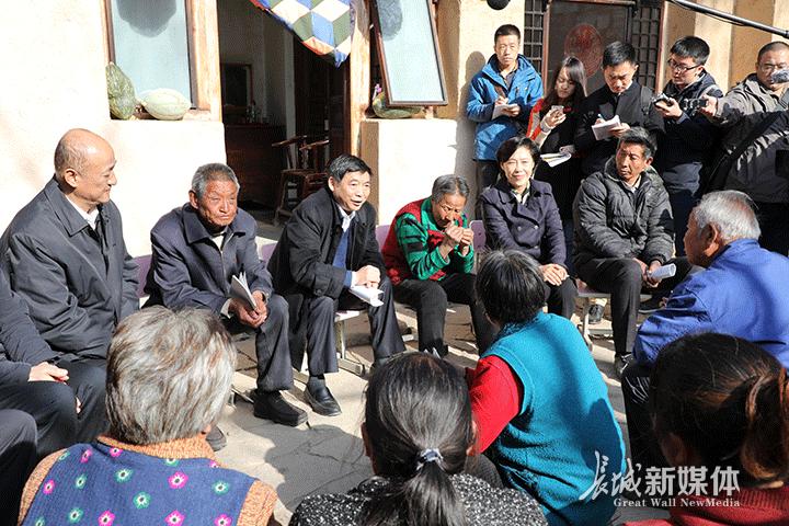 中央宣讲团来阜平县骆驼湾村宣讲党的十九大精神。记者 张天虎 摄