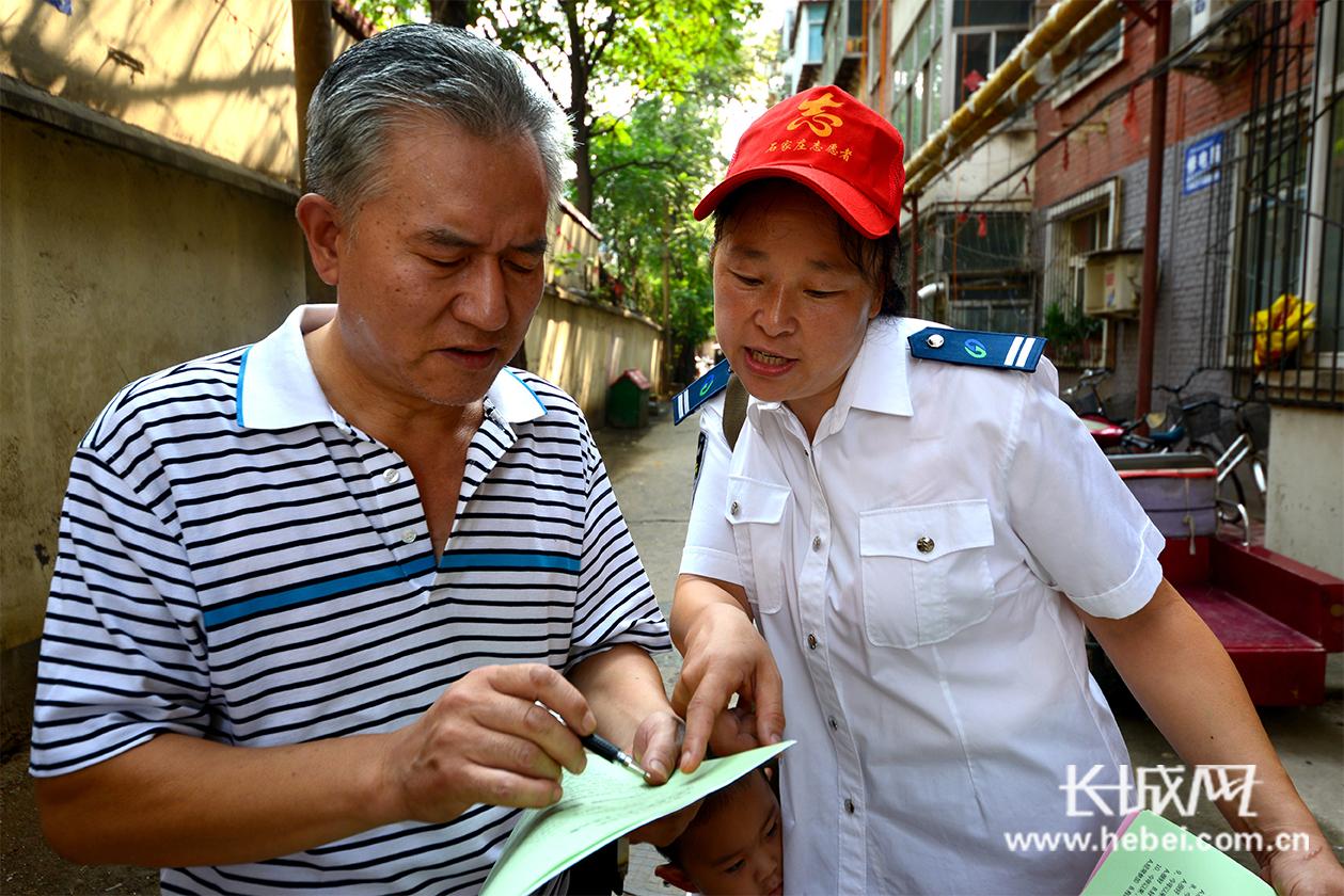 志愿者走进社区开展创城服务活动 为创城助力添彩