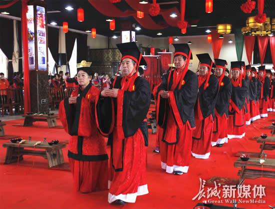 百位夫妻重走红地毯 着汉服举行传统公益婚礼