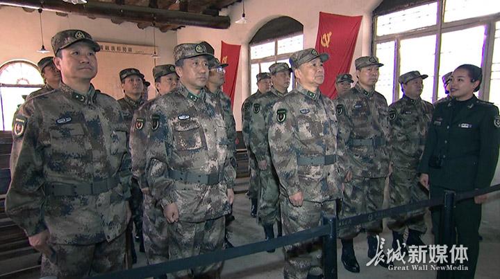 在中央军委作战室旧址前,省军区司令员王舜带领机关干部观摩学习并讲话。图片由河北省军区提供