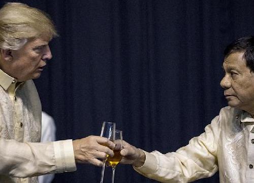 """菲总统为特朗普献唱""""情歌"""":你是我生命中的光"""