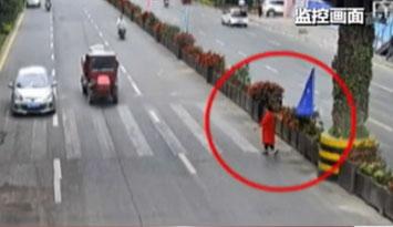 不走过街天桥 女子横穿道路被撞