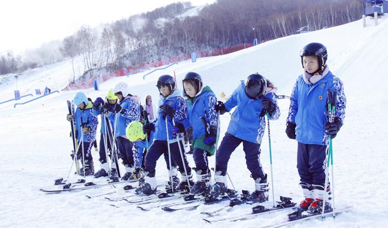 张家口:万名小学生滑雪 体验冰雪乐趣