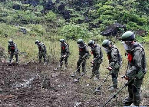 惊心动魄!67名官兵中越边境高难度手动扫雷