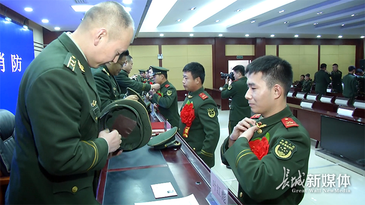 退伍仪式上,老兵卸下帽徽、警衔和臂章