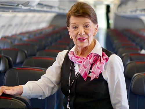 仍在空中服务!世界最年长空姐81岁 飞了60年