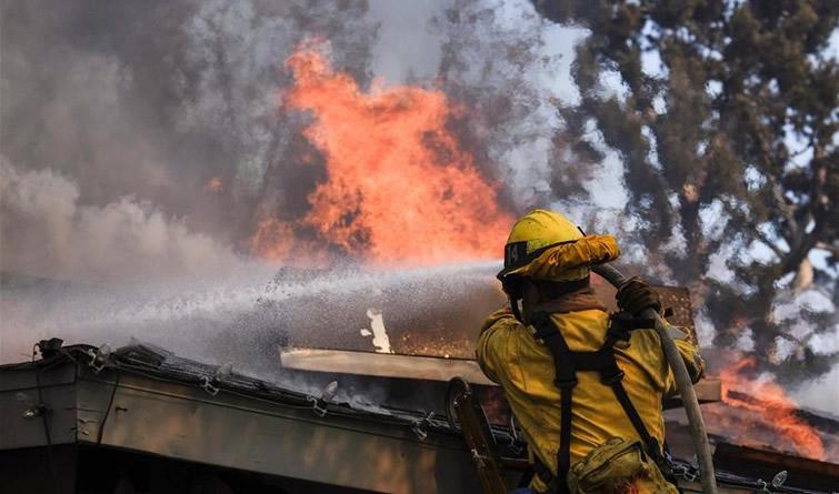 山火蔓延 洛杉矶县进入紧急状态