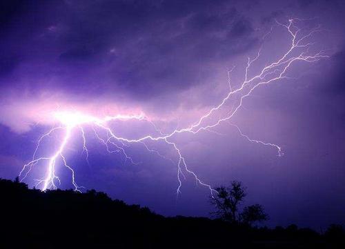 """超强雷暴侵袭澳大利亚 场面壮观如""""核爆"""""""