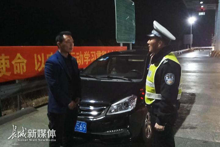 高速交警正在对酒驾司机王某进行教育