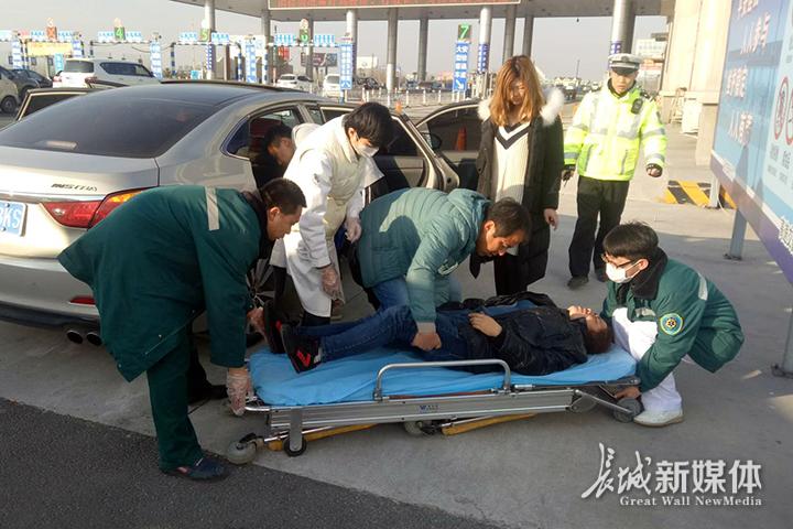 高速交警指挥120医护人员及时赶到现场进行抢救,病人转危为安。