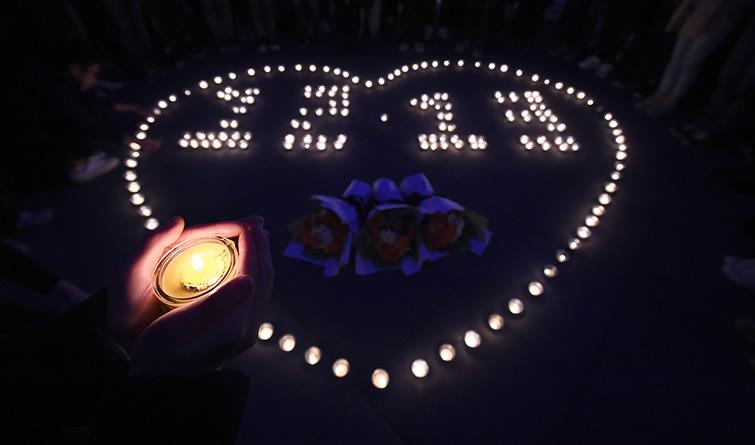 """南京:大学生开展""""烛光祭""""等活动 悼念南京大屠杀遇难同胞"""
